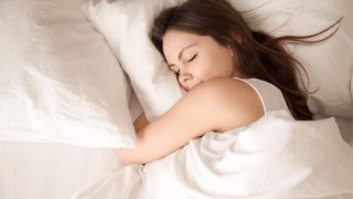 睡眠不足が及ぼす深刻な肌への悪影響!?ニキビや肌荒れも